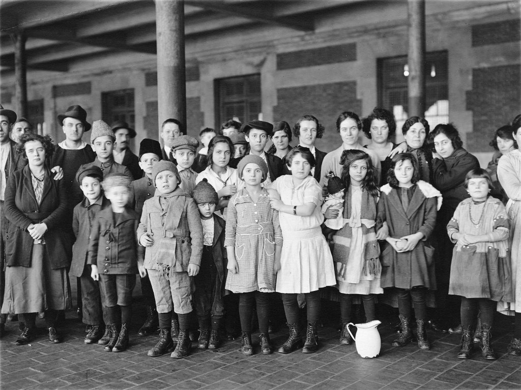 Immigrant-children-ellis-island